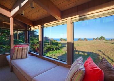 pebble-beach-window-seat